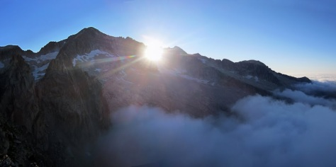 Aneto y el sol sale por la Brecha de Tempestades. foto: Alberto Lasala