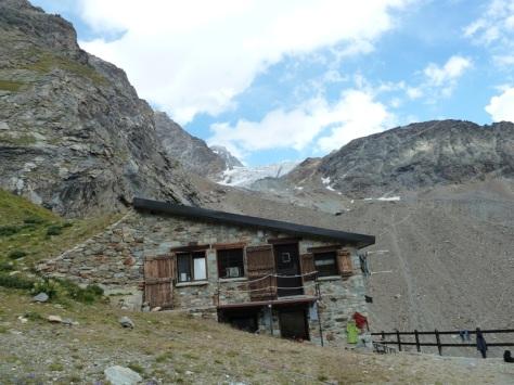 refugio Aosta y Dent d'Hérens. foto: Mónica Fritzen