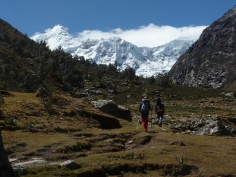 Quebrada Ishinca, al fondo izquierda Tocllaraju 6.034m. foto: Javier García