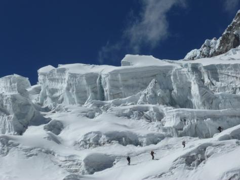 los maquinicas austríacos cruzando el glaciar. foto: Javier García