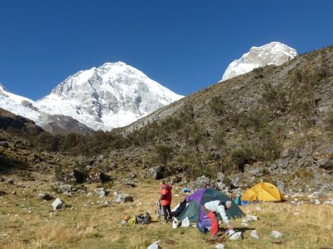 Campo Base Chopicalqui 4.400m. al fondo los dos Huascaranes. foto: Javier García