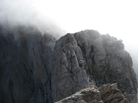 primera visión entre brumas de la Cresta de los Diaples. foto: Luis Gil