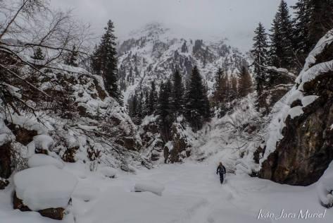aproximación corta a Taschachschlucht, pero bien bonita por el interior de una garganta llena de nieve. foto: Iván Jara.