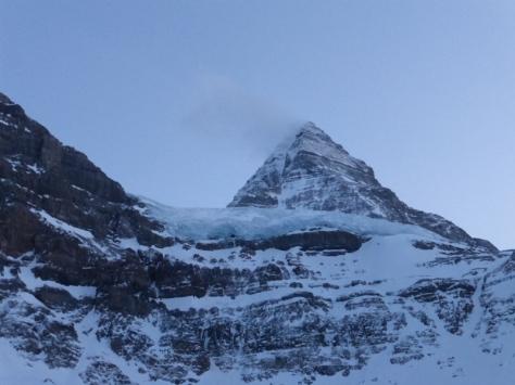 a la derecha se aprecia el corredor de nieve que da acceso a la base de la montaña. foto: Fran Roy.