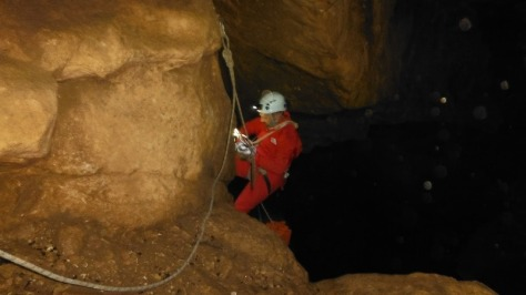 Miki continua instalando para bajar el segundo pozo. foto: Manolo Bernal