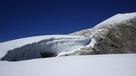 gran cornisa y palas de nieve hacia la cima del Galenstock. foto: Eva Abascal
