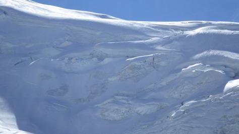la inmensidad de estos mundos de hielo, se aprecia una cordada en la parte superor derecha, comenzando la ruta que zigzaguea entre las grietas. foto: Eva Abascal
