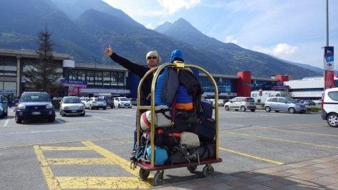 con todo el equipaje en Aosta esperando taxi para Torino. foto: Eva Abascal