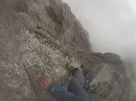 la roca rugosa de la cresta, ¿granito? captura de imagen: Félix Escobar