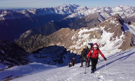 cerca de la cima, por detrás se ve el valle de Pineta y macizo de Monte Perdido. foto: Félix Escobar