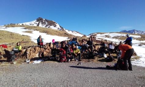 comiendo junto al refugio. detrás, Pico de Urdiceto o Tres Huegas 2.597 metros. foto: Félix Escobar