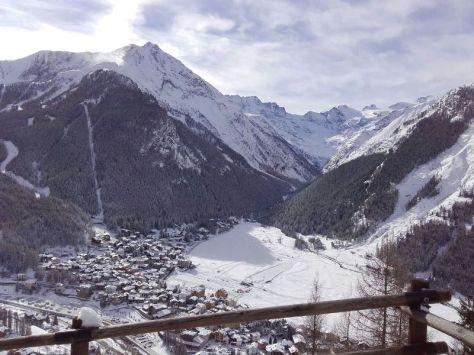vista de Cogne y valle de Valnontey desde Albergo Belvedere, al fondo derecha: Gran Paradiso 4.061m. foto: Félix Escobar
