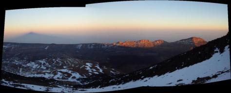 sombra del Teide al atardecer sobre las Cañadas. foto: Eva Abascal