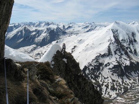 comienzan las aristas, lo avanzado de la primavera hace que en vertiente sur encontremos una estrecha cornisa para pasar entre la nieve. al fondo Pic de Piau 2.696m. foto: Luis Gil