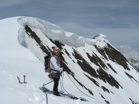 en la salida de la pared Sureste, vista de las cornisas amenazantes hacia la cima de Campbieil. foto: Luis Gil