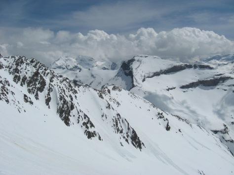 descenso, desde casi el Collado de Cap de Long, hay que dirigirse hacia la loma nevosa que se ve en el centro, cota 2.882m. atrás, Soum des Salettes 2.976m. foto: Luis Gil