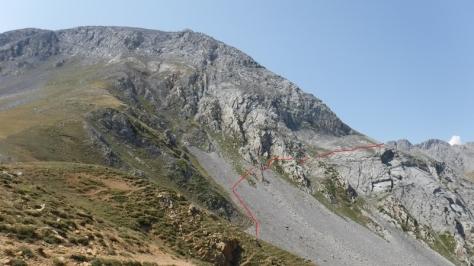 Ubiña y cresta Este desde Collado Terreros, en rojo trazado aproximado de la Senda Les Merines. foto: Félix Escobar