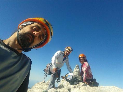 en la cima del Picu Urriellu: Víctor, Félix y Eva. selfie: Víctor Maestro