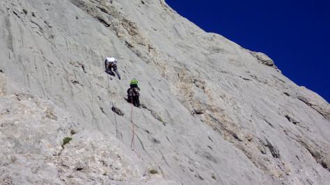 comenzando la vía, otro escalador, más avezado, me supera por debajo y a la derecha. captura de vídeo: Eva Abascal