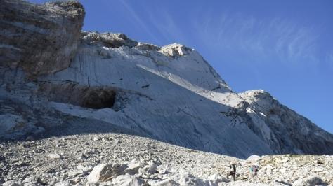 ya casi bajo la pared, a la izquierda se ve la Cueva Helada de Fenés. foto: Félix Escobar