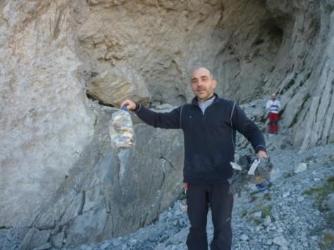 basuras retiradas por Luis de un vivac en la cueva. foto: Eugenio Hernández