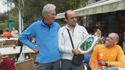 hago entrega a André Rélat del banderín del Club Pirineos. foto: Eva Abascal